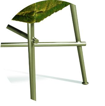 Ohlinda Stuhl: Die Stahlbeine verlaufen konisch. Durch ein besonderes galvanisches Verfahren erhält das Material seine goldene irisierende Oberfläche.